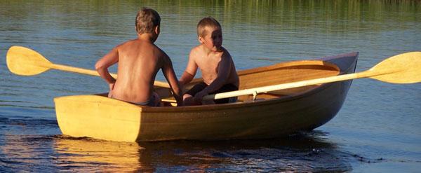 на корме лодки стоит человек